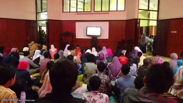 Nobar : Suasana di seberang ruang utama. Mahasiswa yang tdak kebagian kursi diberi tempat untuk menyaksikan acara meski lewat layar LCD