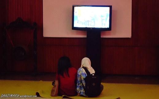 Cukup Berdua : Acara sudah selesai dan sebagian mahasiswa  sudah  meninggalkan tempat, tapi tidak dua orang mbak ini, masih asik lihat layar LCD