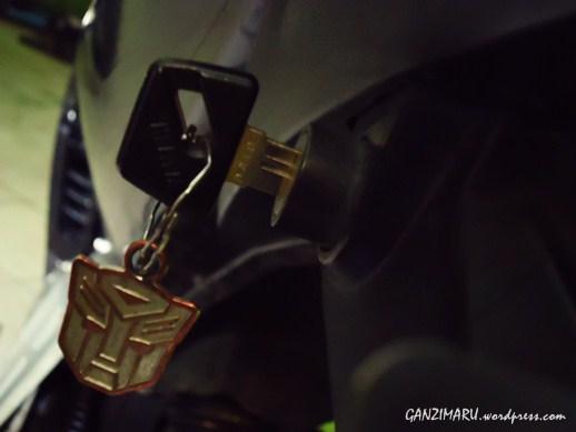 Seringkali pemilik motor lupa mengambil kunci yang tergantung di kunci jok.