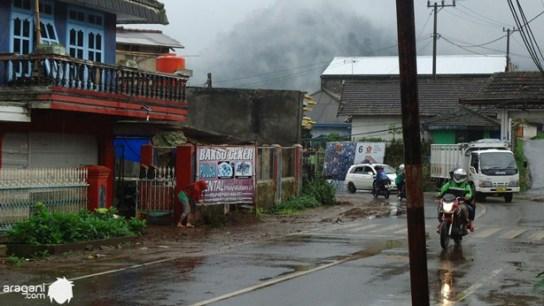 Hujan di jalur menuju Cangar. Padahal masih jam 10, tapi serasa sore hari. Mendungnya itu lho . . .